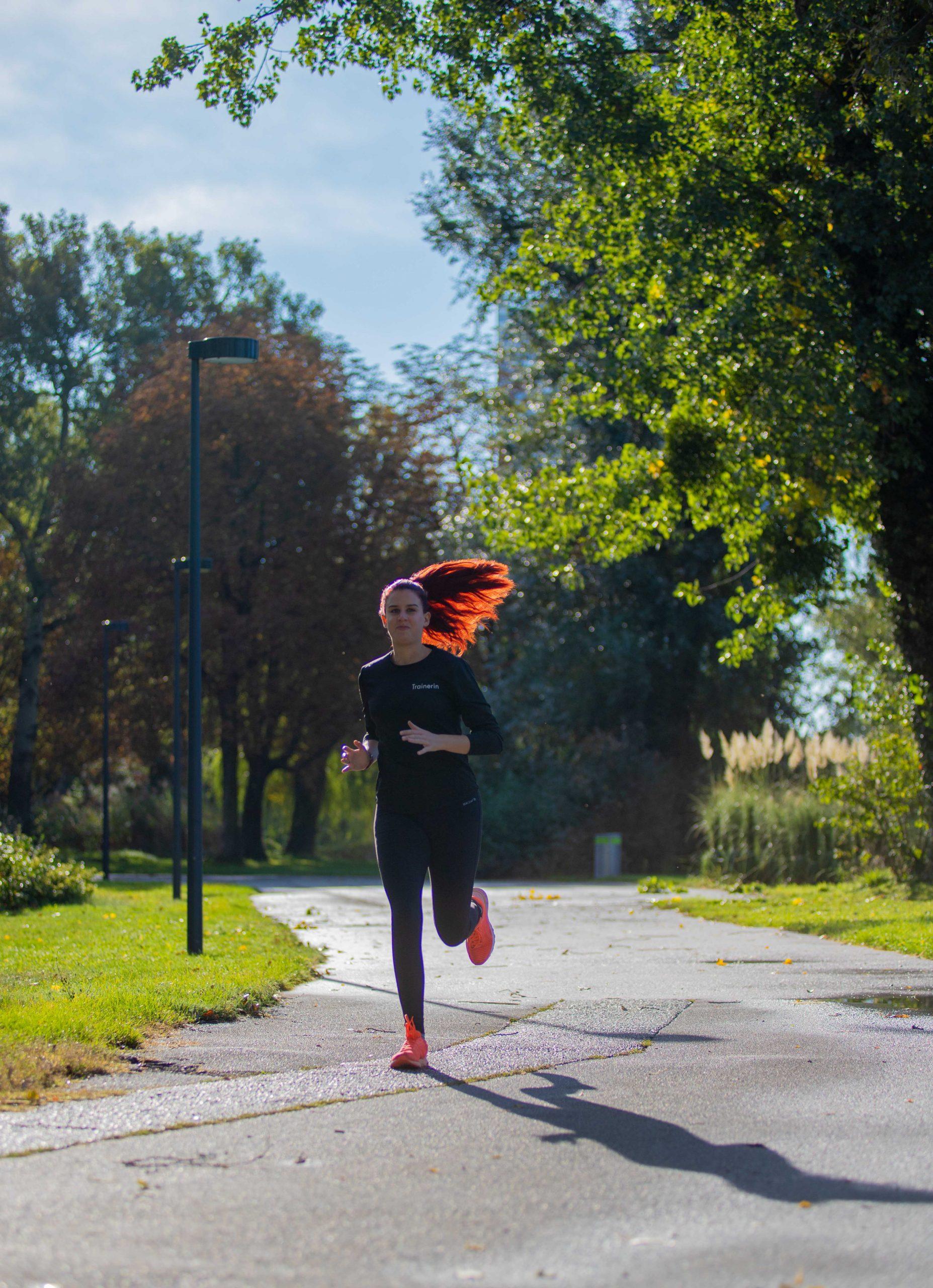 Läuferin läuft durch den Park