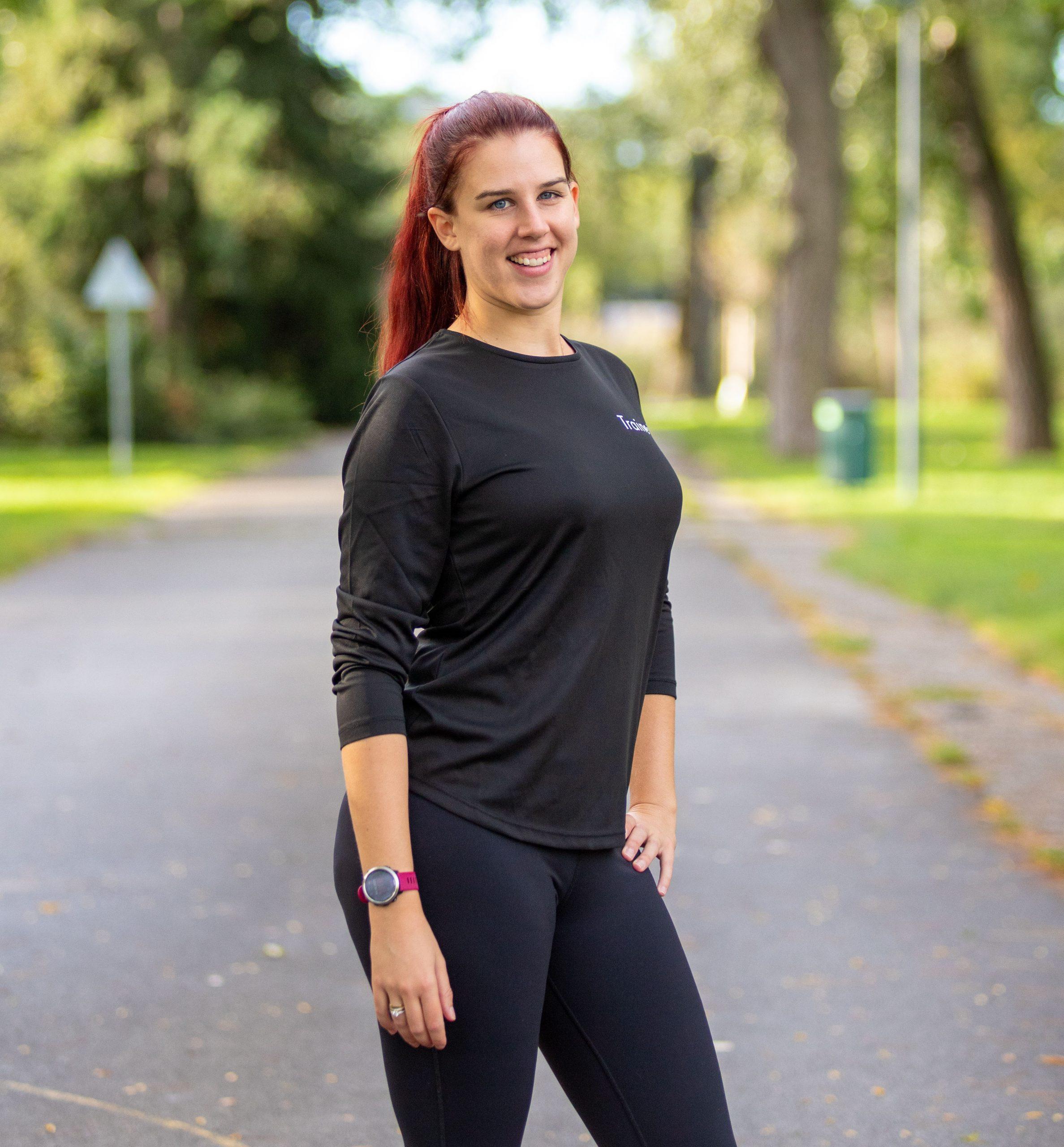 Lauftrainerin steht im Park
